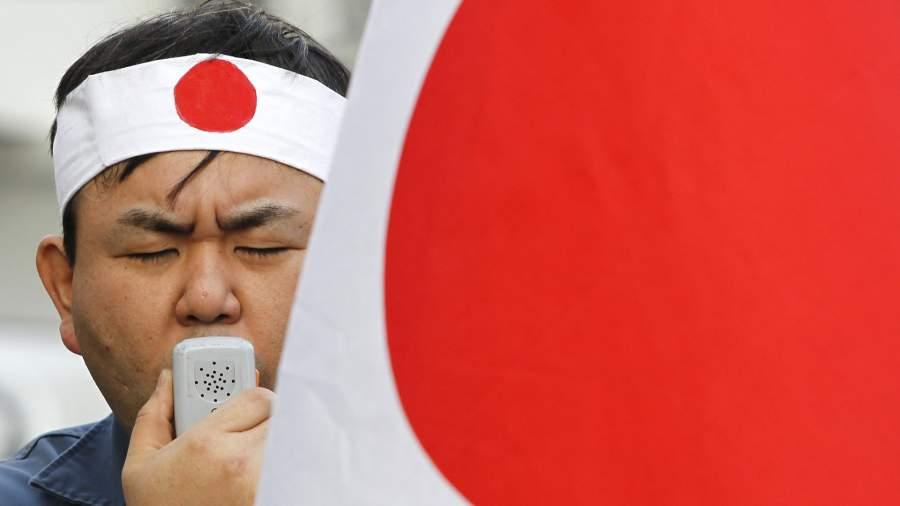 Активист на акции протеста о передаче Курильскийх островов Япони