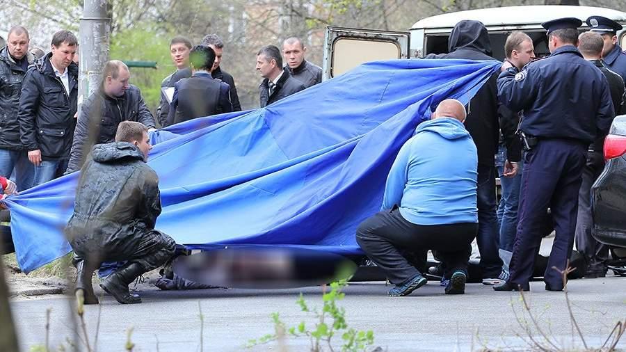 Криминалисты и работники полиции Украиныработают на месте убийства журналиста Олеся Бузины в Киеве