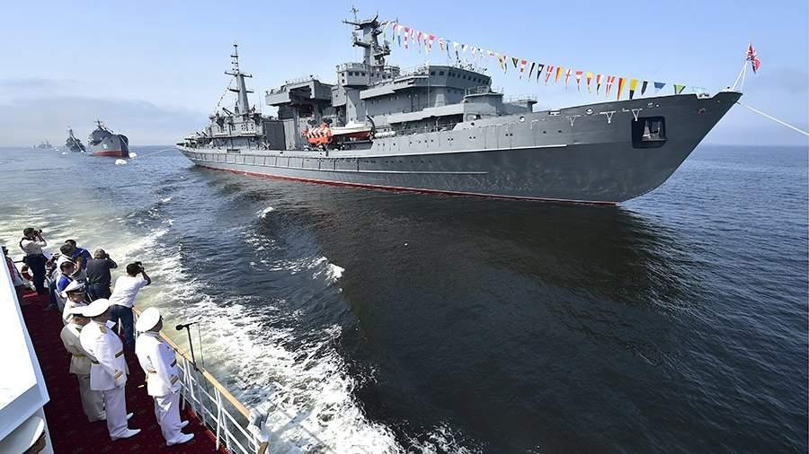 Спасательное судно Тихоокеанского флота «Алагез» в акватории Амурского залива на генеральной репетиции парада кораблей на день ВМФ