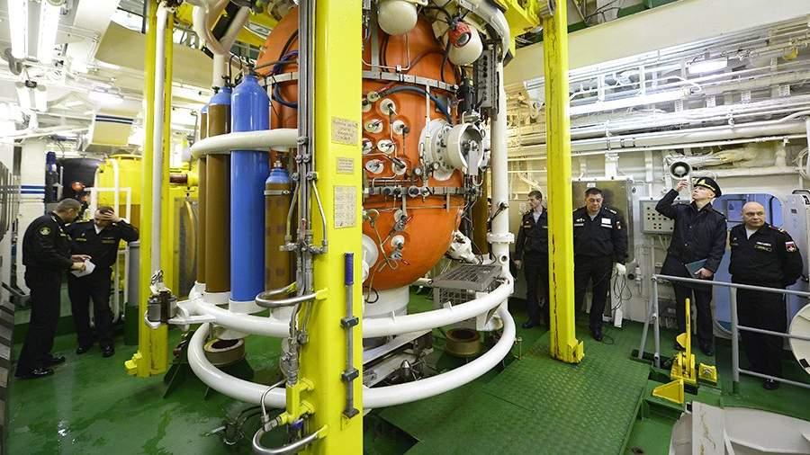 Спуск водолазного колокола, входящего в ГВК-450, во время учений сил поисково-спасательного обеспечения Тихоокеанского флота по спасению подводной лодки, условно терпящей бедствие