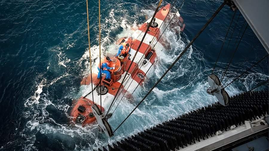Спасательный подводный глубоководный аппарат «Бестер-1» во время отработки спасения экипажа условно аварийной подлодки, залегшей на грунт