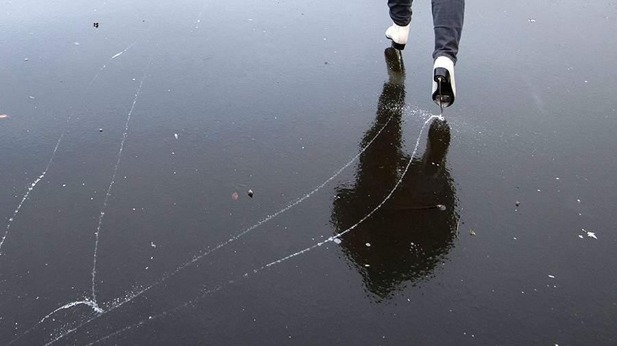 Катание на льду на замерзшем озере
