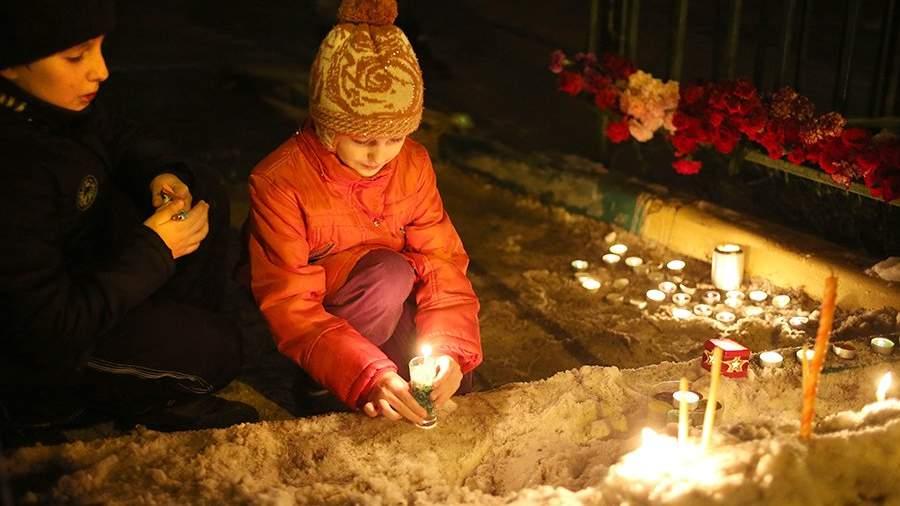 Возложение цветов и свечей на территории московской школы № 263. 3 февраля 2014 года