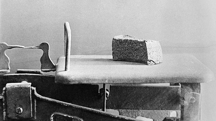 125 граммов хлеба на весах,установленная нормадля служащих, иждивенцев и детей во время блокады города в ходе Великой Отечественной войны,Ленинград, 1941 год
