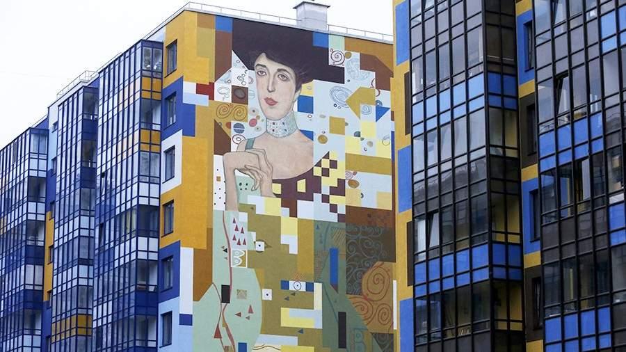Репродукция картины Густава Климта на одном издомовво Всеволожском районе Санкт-Петербурга