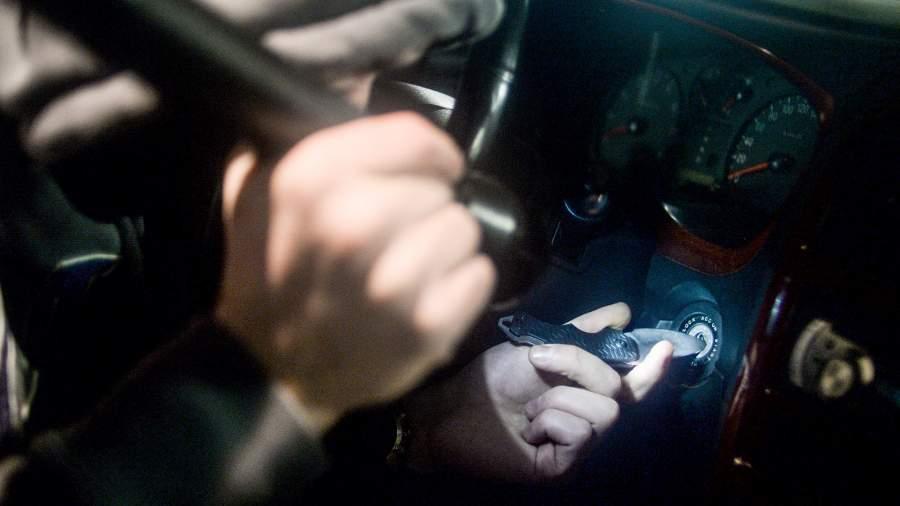 угонщик в автомобиле