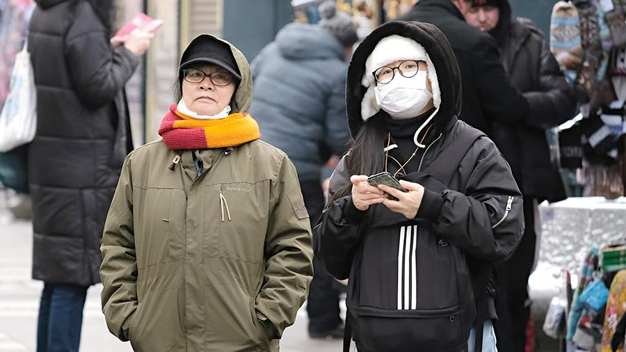 Туристы из Китая на набережной канала Грибоедова в Санкт-Петербурге