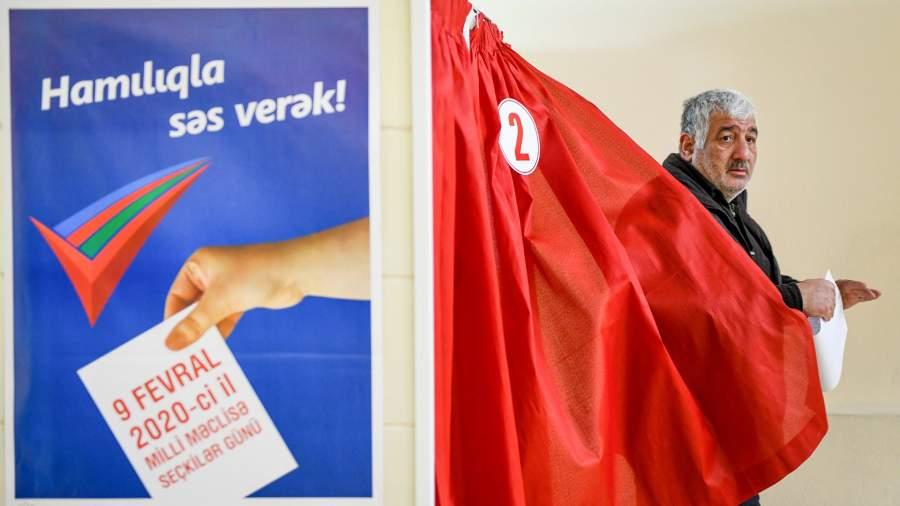 Житель Баку голосует на парламентских выборах