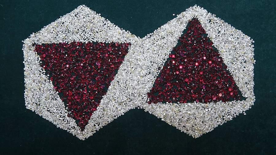 Логотип компании «Алроса», выполненный из алмазов и пиропа (природного спутника алмазов) в экспозиционном зале Центра сортировки алмазов компании «Алроса»