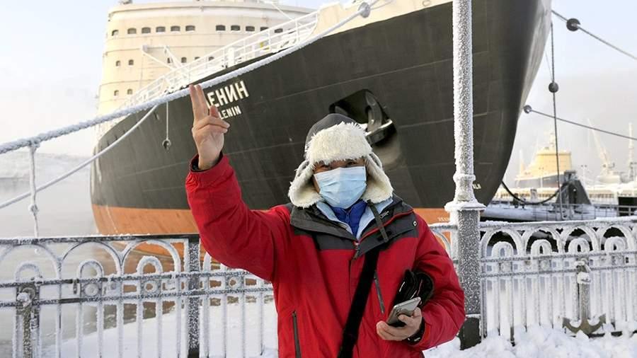 Китайский турист во время экскурсии на территории морского вокзала у атомного ледокола «Ленин» в Мурманске