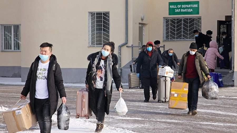 Граждане Китая во время прохождения границы по временному коридору на пункте пропуска Благовещенск – Хэйхэ