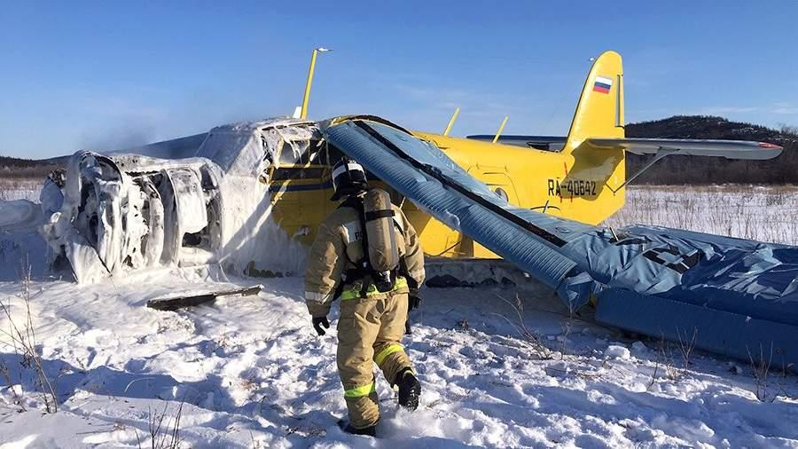 Сотрудник спасательных служб на месте жесткой посадки самолета Ан-2 на аэродроме «Магадан-13». 20 февраля 2020 года