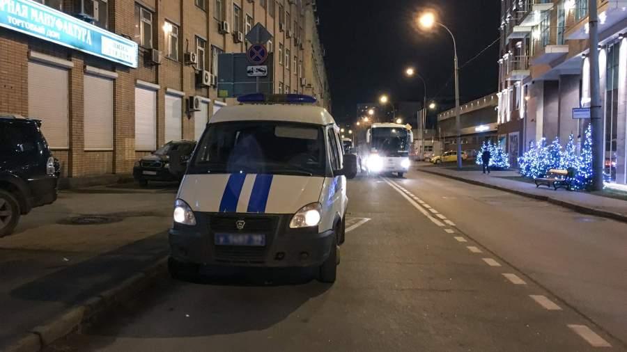 Работа сотрудников оперативных служб на месте стрельбы на Рочдельской улице