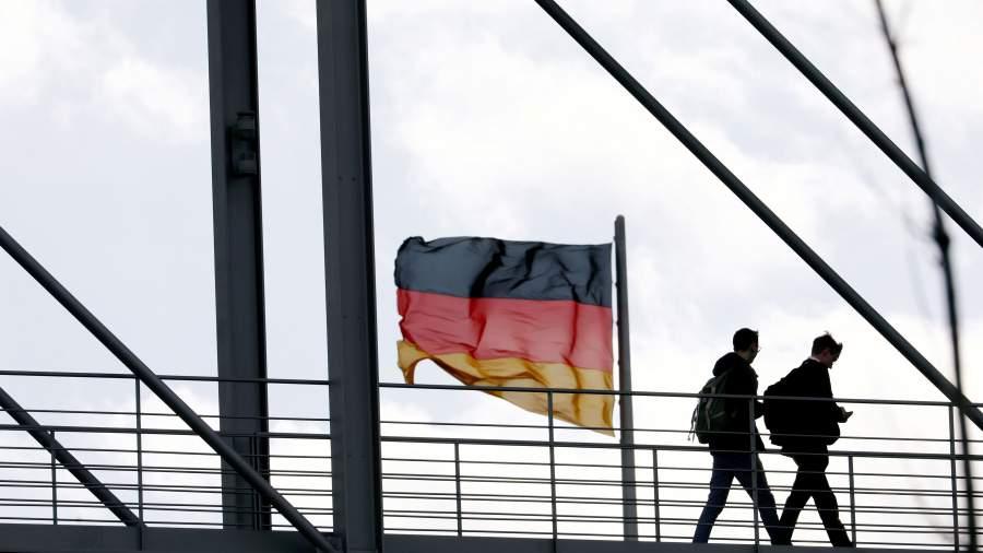 Люди идут по мосту, соединяющему две части здания Бундестага в Берлине