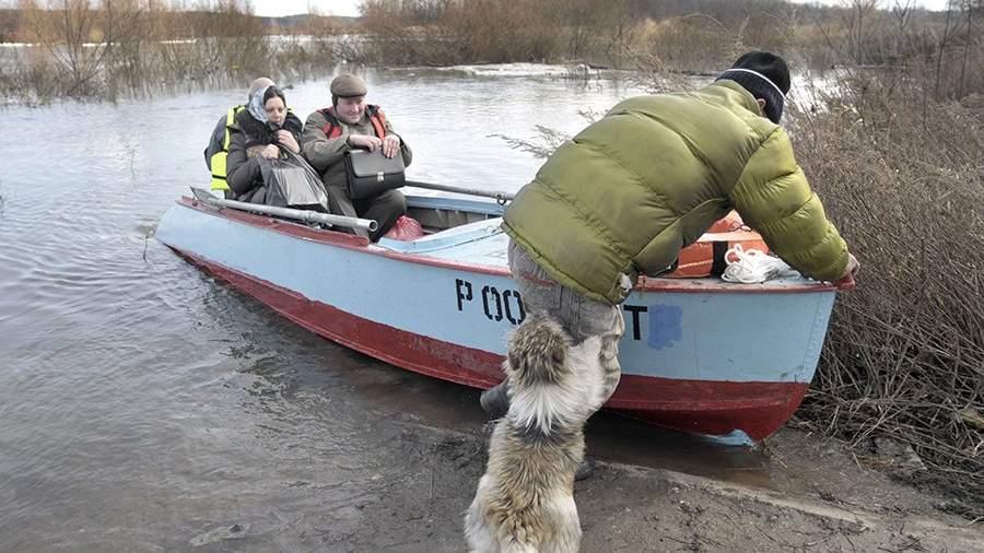 Переправка жителей села во время паводка в Воронежской области