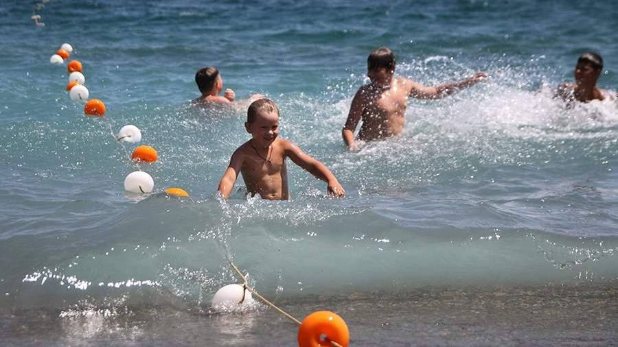 Дети купаются в Черном море в Ялте