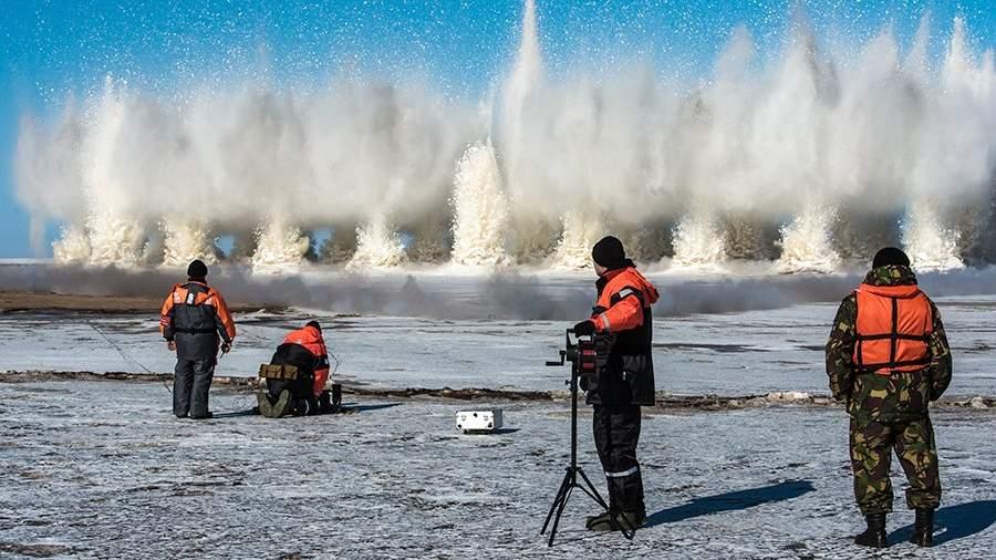 Проведение сотрудниками МЧС ледовзрывных работ на реке для предотвращения ледяных заторов и подтопления населенных пунктов во время весеннего паводка