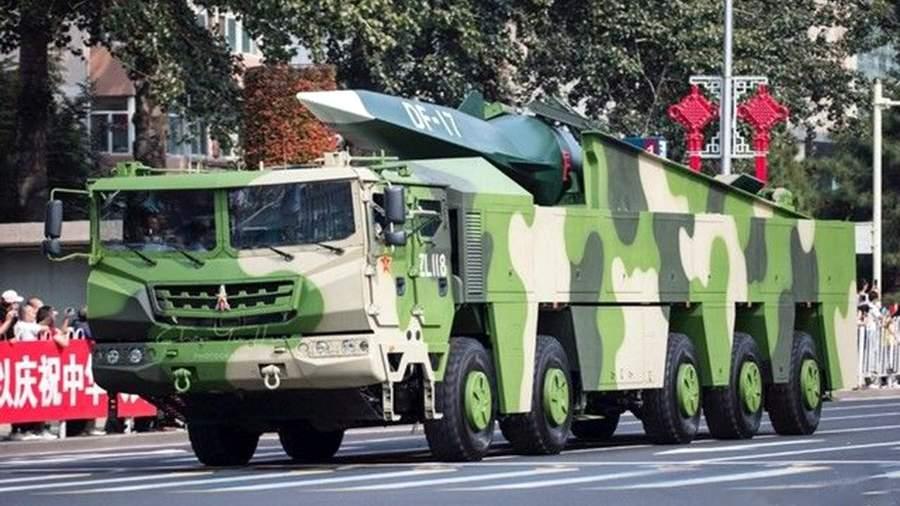 Ракетнаяустановкас баллистической ракетой DF-17 на параде в Пекине