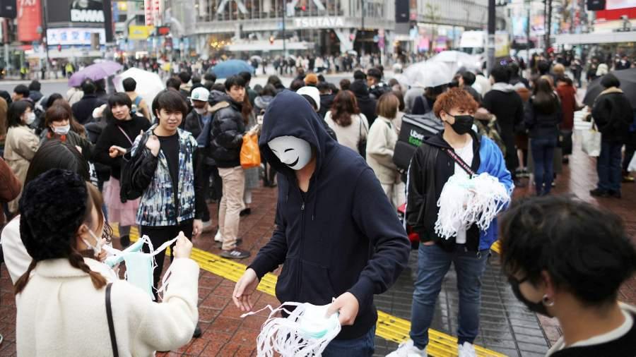 Волонтеры раздают прохожим медицинские маски