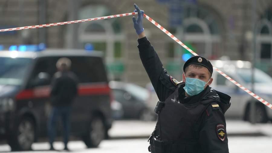 Сотрудник полиции в оцеплении у отделения Альфа-банка