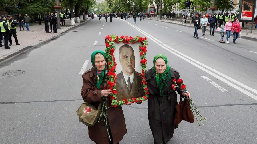 Бабушки несут портрет Георгия Жукова