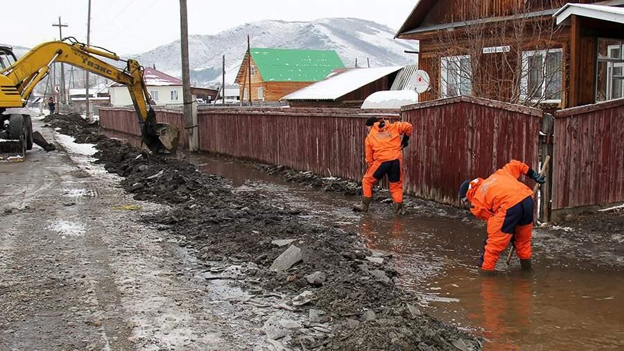 Сотрудники МЧС России во время ликвидации последствий подтопления паводковыми водами в Алтайском крае
