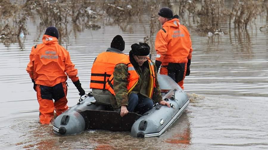 Сотрудники МЧС России во время эвакуации жителей районов, подтопленных паводковыми водами в Алтайском крае