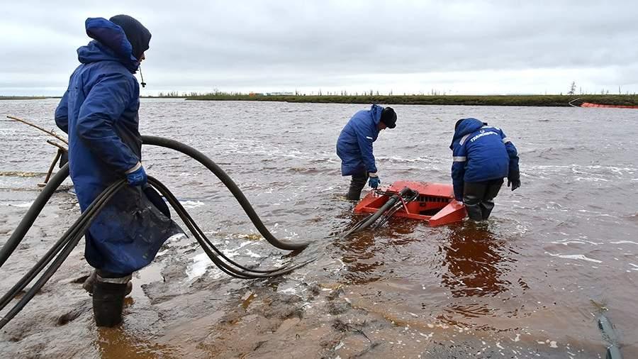 сотрудники специальной службы очищают реку Амбарную