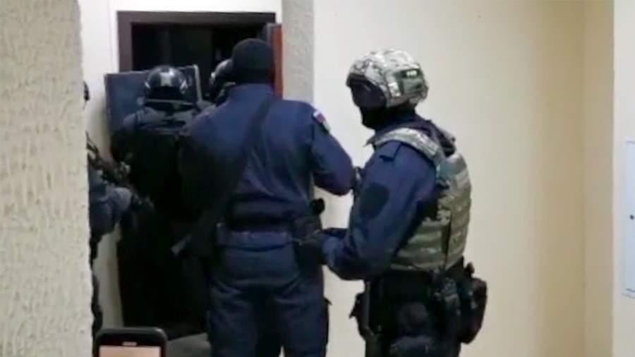 Сотрудники МВД перед задержанием подозреваемых в рэкете
