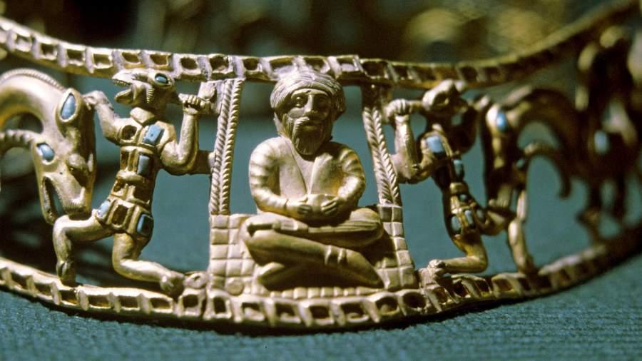 Золотая гривна тонкой чеканной работы, найденная археологами в сарматском захоронении