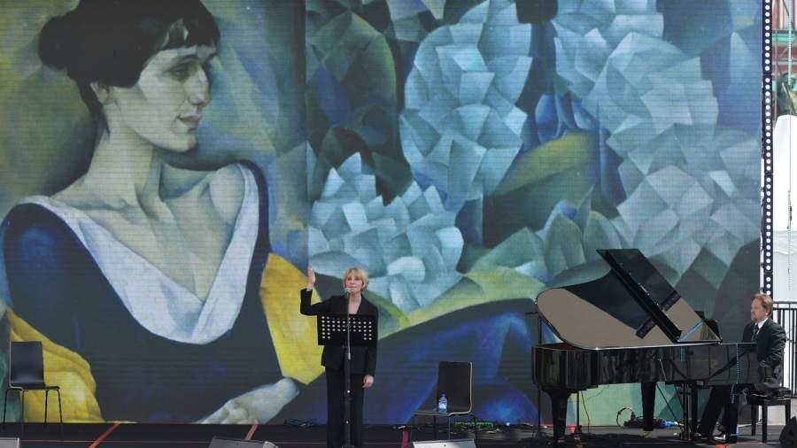 Актриса Юлия Рутберг на ежегодном российском книжном фестивале на Красной площади