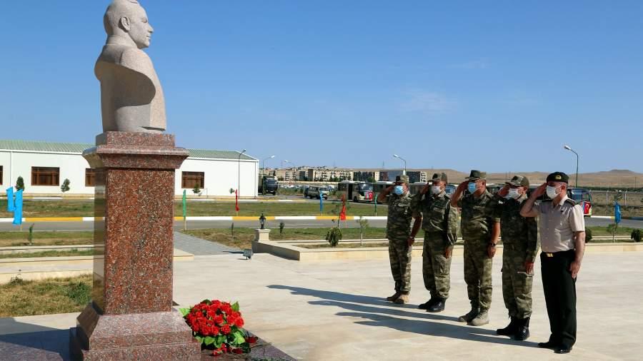 Возложение цветов к памятнику на церемонии встречи Турецких военных, прибывших на учения в Азербайджан