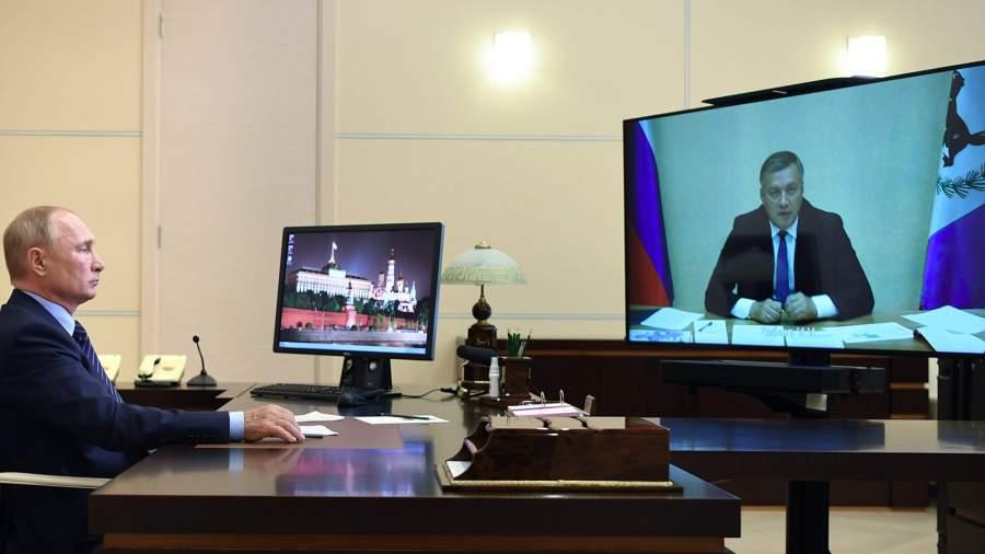 Президент РФ Владимир Путин во время встречи в режиме видеоконференции с временно исполняющим обязанности губернатора Иркутской области Игорем Кобзевым