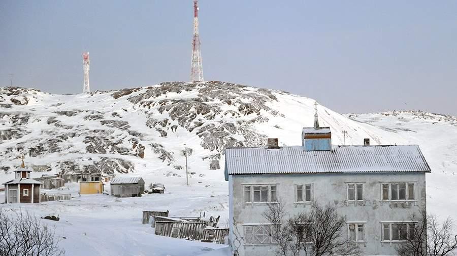 Вид на здание и вышки мобильной сотовой связи в селе