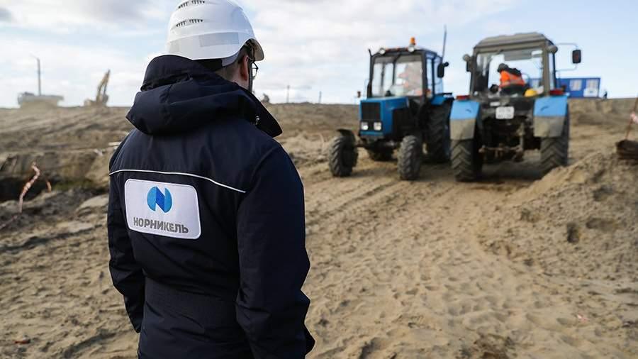 Рабочий на месте ликвидации последствий разлива топлива на ТЭЦ-3