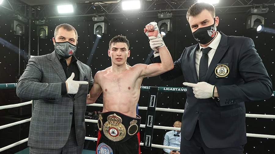 Российский спортсмен Харитон Агрба (в центре) после поединка за титул WBA Continental в среднем весе