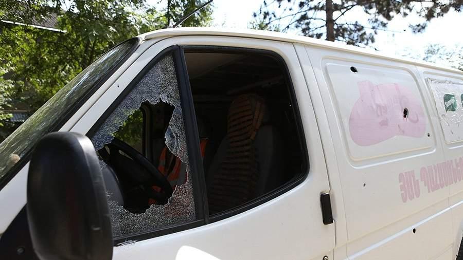 Автомобиль после обстрела деревни Айгепар на армяно-азербайджанской границе