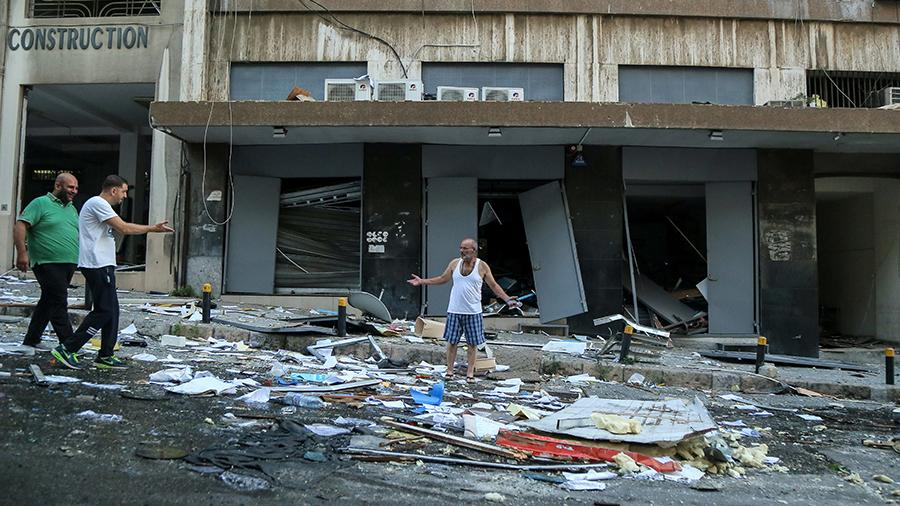 мужчина возле разрушенного здания в Бейруте