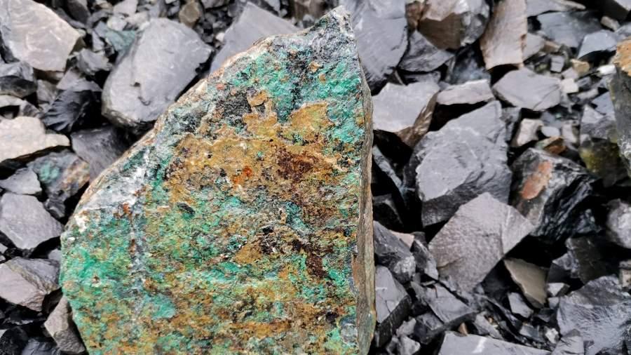 Камень с фрагментами медной руды