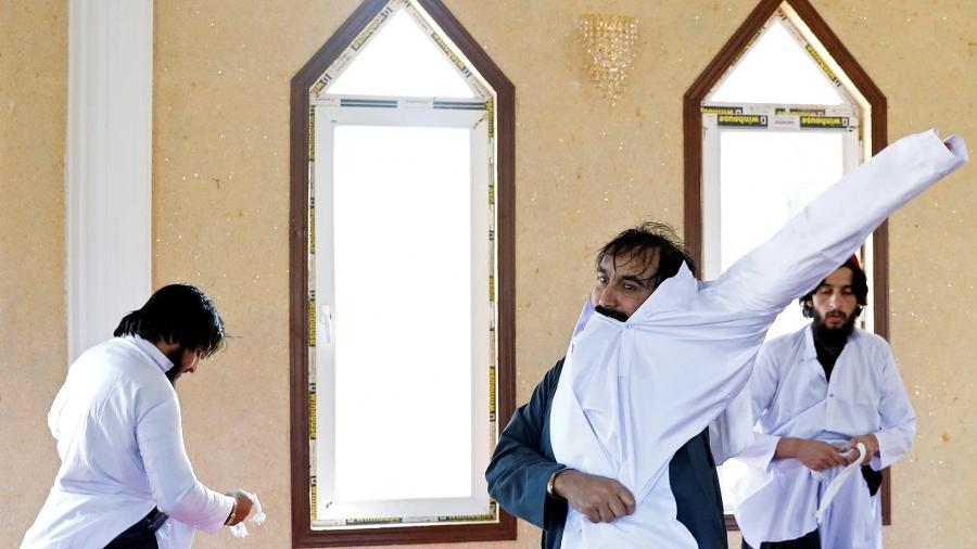 Освобожденные из тюрьмы Пуль-э-Чархиталибы переодеваются