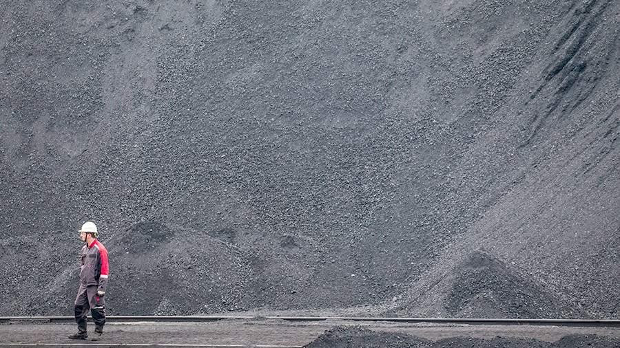 Угольныештабеляна территории Находкинского морского торгового порта
