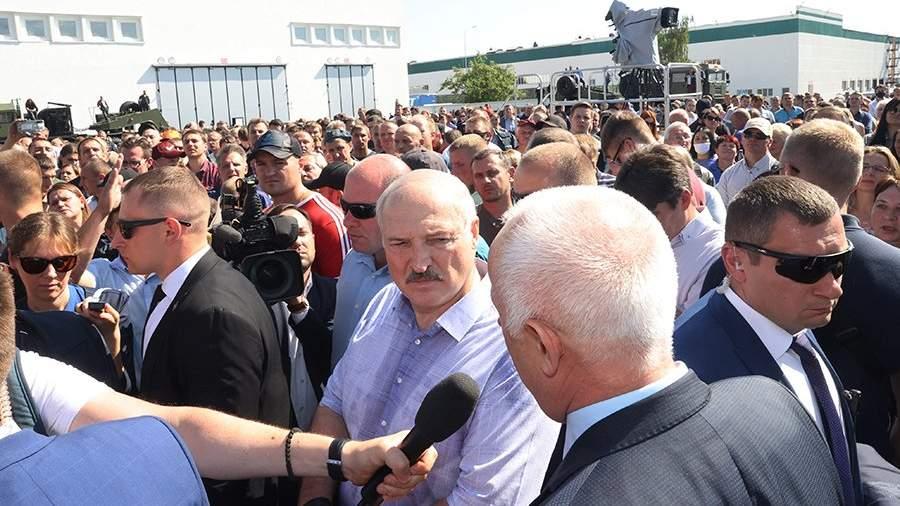 Александр Лукашенко выступает перед работниками Минского завода колесных тягачей