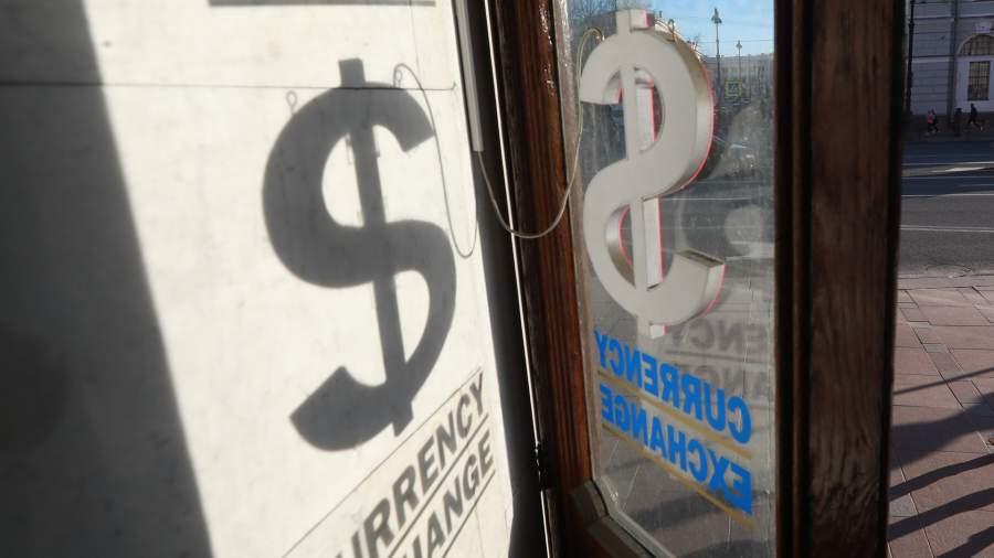 Как доллар ляжет: закупки валюты на сумму более $5000 выросли в 10 раз