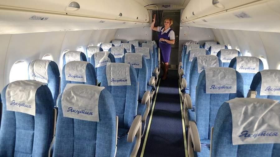 Бортпроводница в салоне самолета Sukhoi Superjet 100 авиакомпании «Якутия»