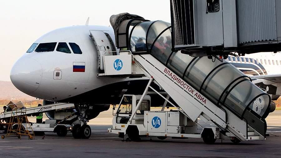 Самолет Airbus А319 дальневосточной авиакомпании «Аврора» во время подготовки к вылету в международном аэропорту города Владивостока