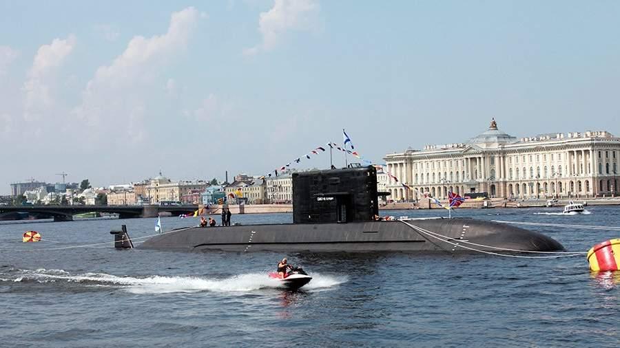 Дизельная подводная лодка проекта 677 «Санкт-Петербург» в акватории Невы