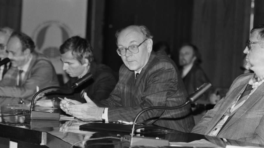 ГербертЕфремов во время выступления на круглом столе Международной биржи независимой науки.29 августа 1991 года