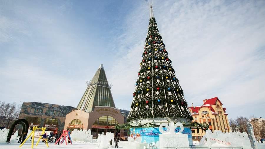 Новогодняя елка и ледяной городок на главной площади Ханты-Мансийска