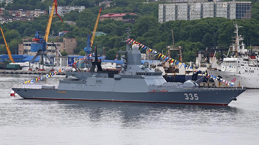 Корвет проекта 20380 «Громкий» во время празднования Дня Военно-морского флота России во Владивостоке