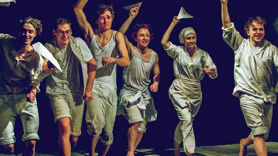 Сцена из спектакля «Тимур и его команда»
